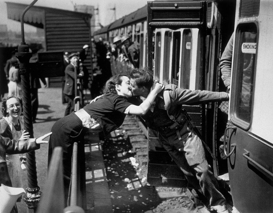 kissing world war two