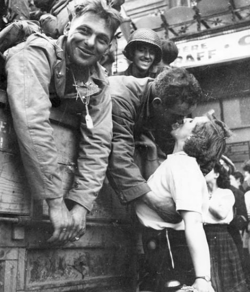 us soldier kissing french girl paris liberation